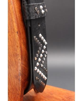 Ceinturon en cuir clouté noir - détail pointe